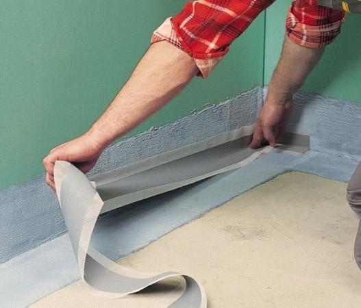 Наклейка изолирующей ленты на стыки