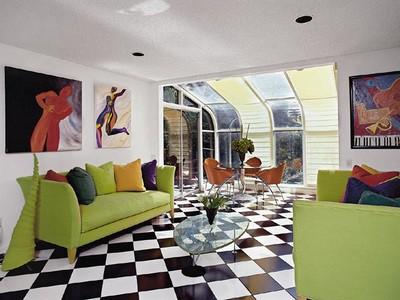 Такая двухцветная  диагональная укладка визуально удлиняет комнату