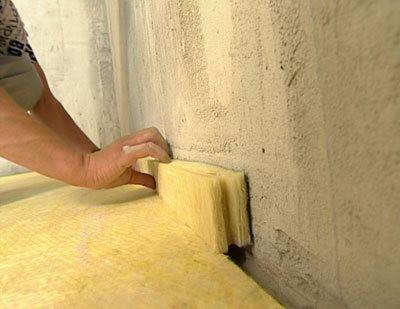 По периметру стен обязательно укладываются полосы материала