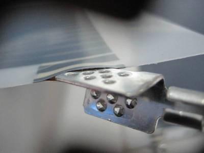Клемма-клипса вставляется в предусмотренный разрез