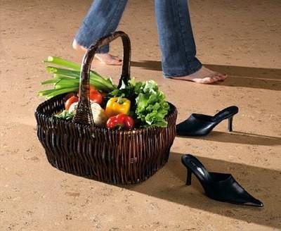 На каблуках-шпильках по пробковому полу ходить не следует