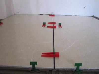 Удобные приспособления, выдерживающие и ширину швов, и общую плоскость соседних плиток