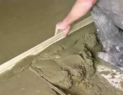 Распределение и выравнивание бетонного раствора правилом