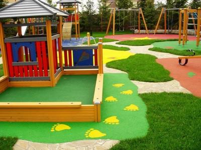 На такой детской площадке гораздо меньше риск получить травму