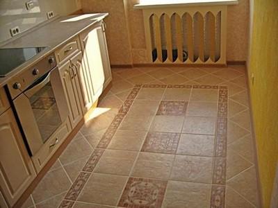 """Такая плитка на полу несколько """"расширит"""" даже тесную кухню городской квартиры"""