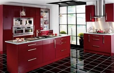 Очень интересное сочетание черной плитки с яркими красками кухонной мебели