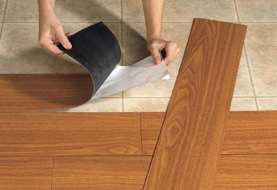 Снятие бумажной подложки с клеевого слоя панели