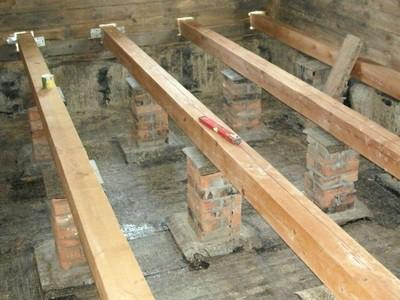 Лаги, установленные на готовые столбики