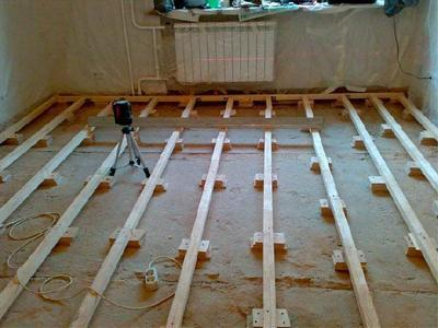 Лаги можно крепить к черновому бетонному основанию