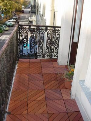 Балкон с полом из садового паркета - удобство и эстетичность