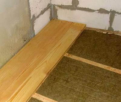 После окончательной укладки утеплителя переходят к монтажу половиц либо фанерных листов