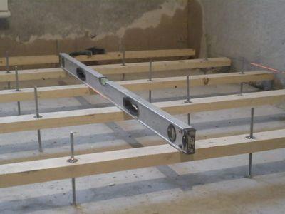 Подкручивая гайки на шпильках, выводят горизонтальный уровень