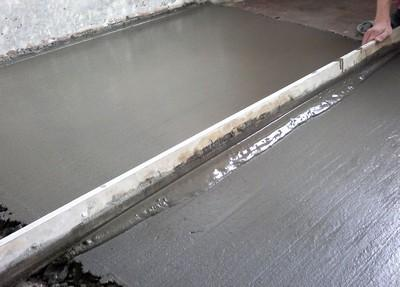 При разравнивании обязательно следует добиться и ровности поверхности, и хорошей плотности стяжки
