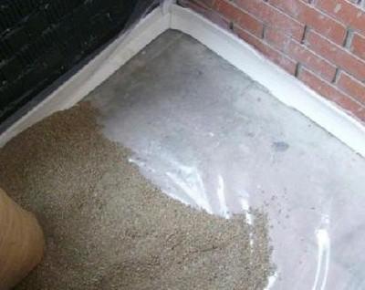 Полиэтиленовая пленка на поверхности и демпферная лента по периметру стен