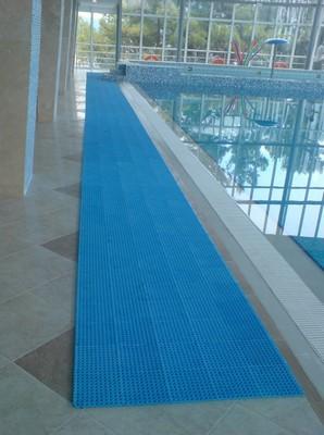 И красиво, и удобно - каучуковое покрытие , обрамляющее бассейн