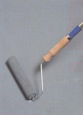 Основную часть поверхности пола легче будет окрашивать валиком