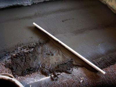 Распределение и выравнивание бетона по направляюшим