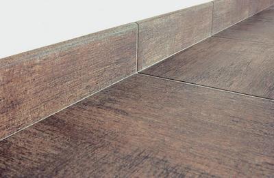Такой плоский плинтус не помешает поставить мебель максимально близко к стене