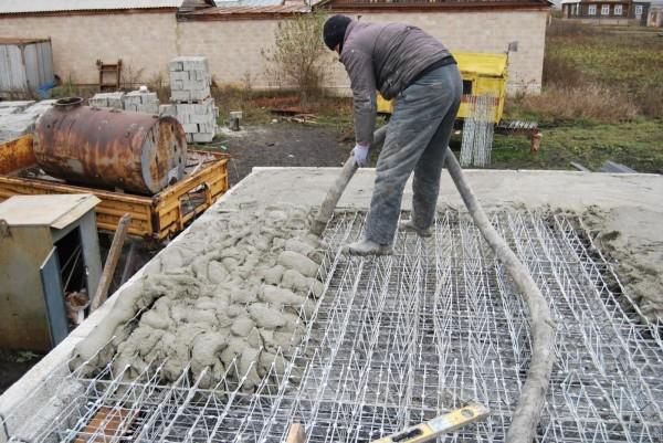 Заливка бетона в арматуру