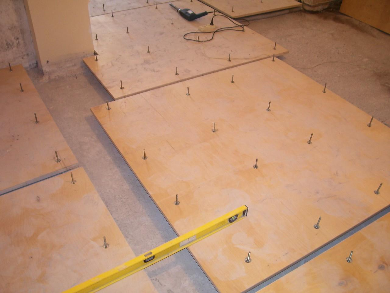 Как выровнять деревянный пол под линолеум