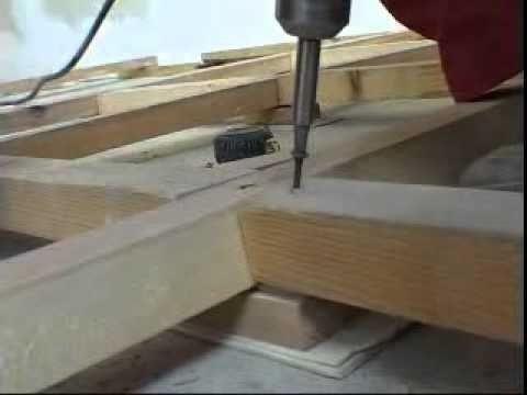 Лаги укладывают на бетонное основание