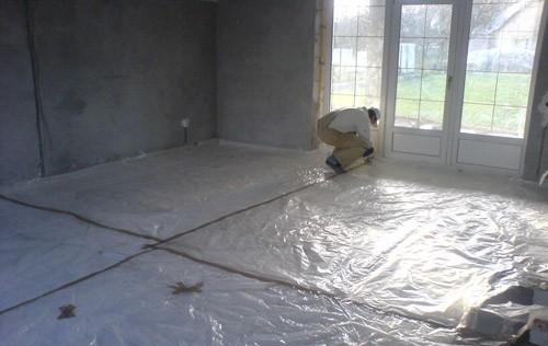 Пленка должна полностью покрывать основание и заходить на стены примерно на 5 см