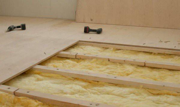 Поверх готовой системы лаг по принципу кирпичной кладки закрепляется фанера