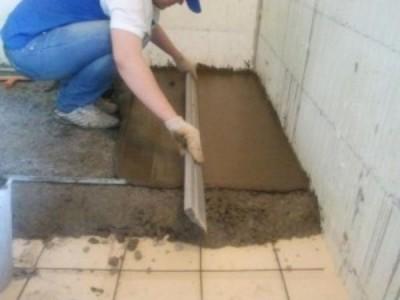 Процесс выравнивания бетонной массы с помощью правила