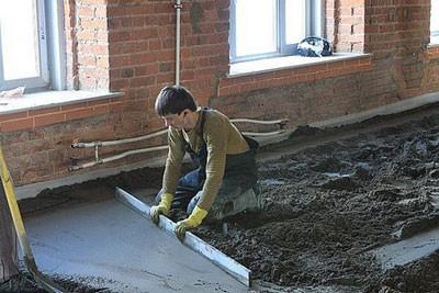Раствор выливается на бетонную плиту и распределяется тонким слоем