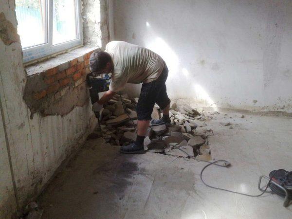 Сначала необходимо удалить остатки старого покрытия