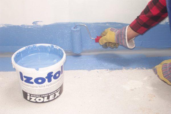 Специальными составами замазываются стыки плит и места примыкания стен к полу