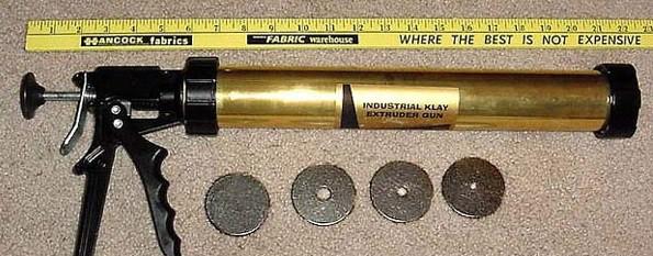С помощью строительного шприца жидкий разведенный ризопокс вводится в отверстие