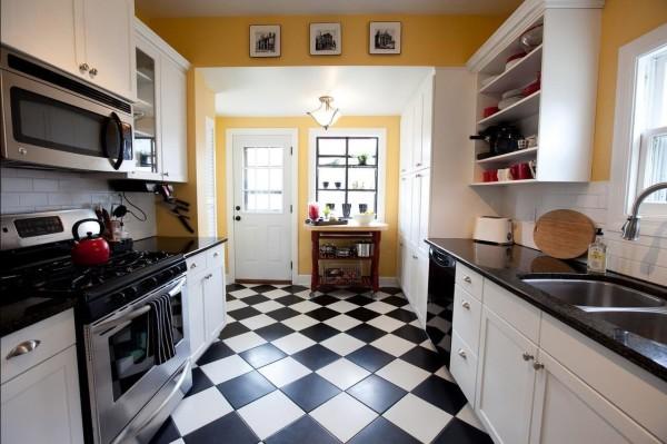 Удачное сочетание керамического пола и кухонной мебели в интерьере