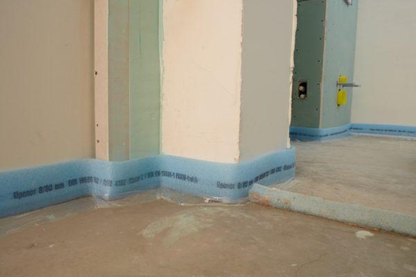 Укладка демпферной ленты по всему периметру комнаты