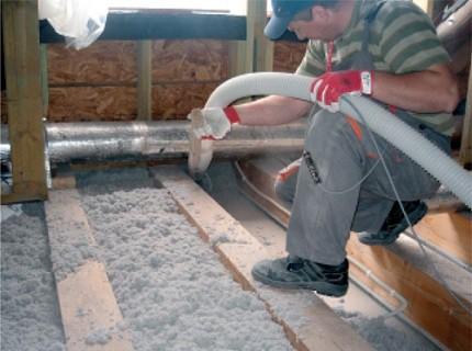 Утепление пола эковатой производится как ручным способом, так и при помощи профессионального выдувного оборудования