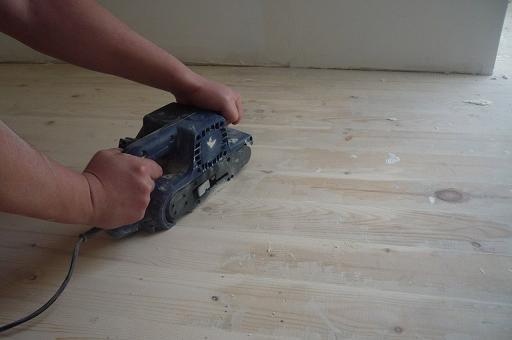 Шлифуем поверхность деревянного пола