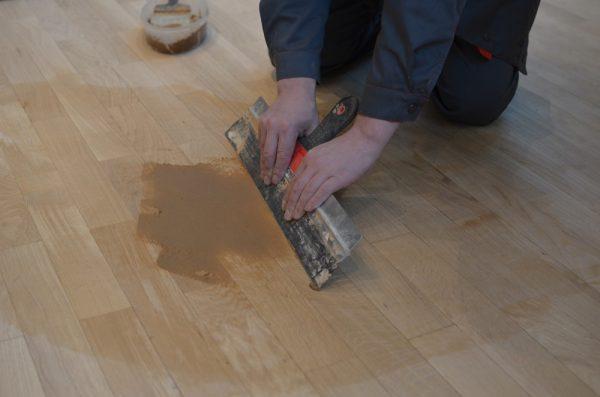 Шпатлевание поверхности деревянного пола