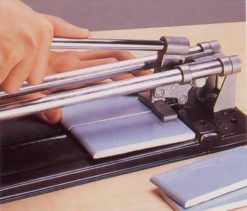 Перед тем как использовать плиткорез, налейте несколько капель масла на направляющую рамку и на колесико для нанесения риски