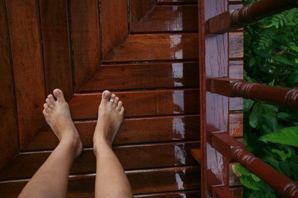 Если балкон не застеклен, то к используемым отделочным материалам и технологии их монтажа, в частности, на полу, следует подходить с большой ответственностью