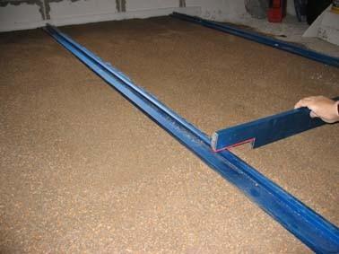 По уровню устанавливаются направляющие профили-лаги, меж которых высыпается гранулированный материал (например, керамзит)