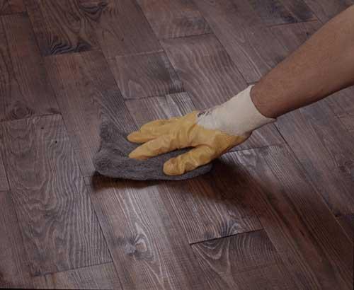 Втирание масло-воска в деревянное покрытие