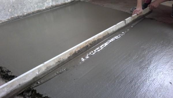 Выравнивание бетонного раствора правилом
