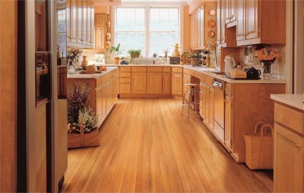 Деревянные полы на кухне прекрасно вписываются в интерьер