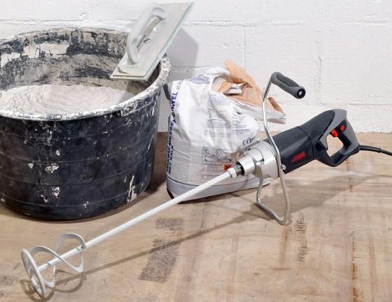 Замешивание смеси для ремонта пола