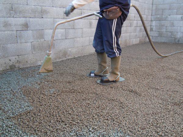 Использование керамзита для утепления. На фото заливка керамзита тощим бетоном