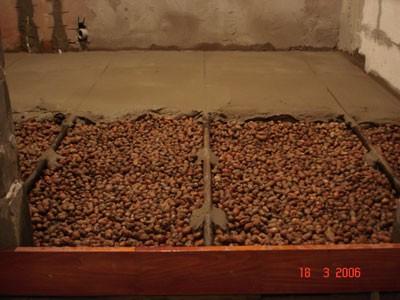 На фото показан пример засыпки керамзита под стяжку