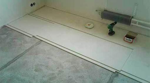 На фото укладка гипсокартона на бетонную стяжку