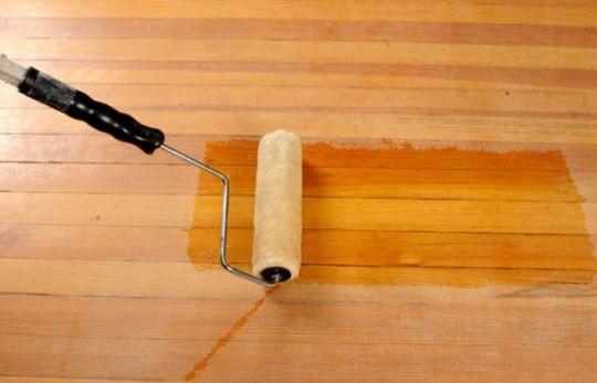 На фото – процесс грунтовки деревянного пола