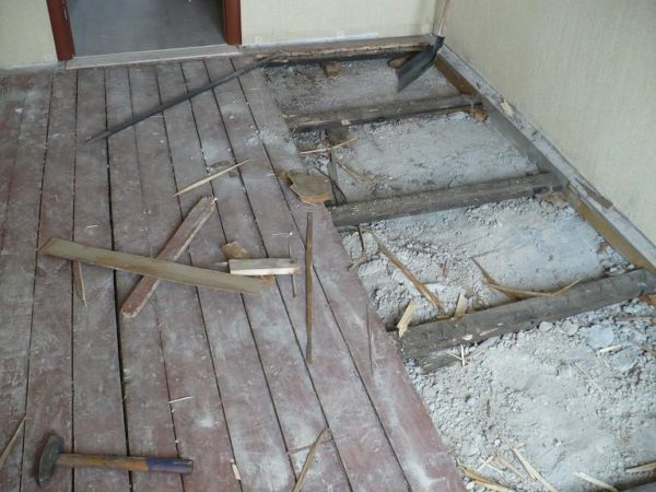 Первым шагом на пути к утеплению пола будет демонтаж старого покрытия
