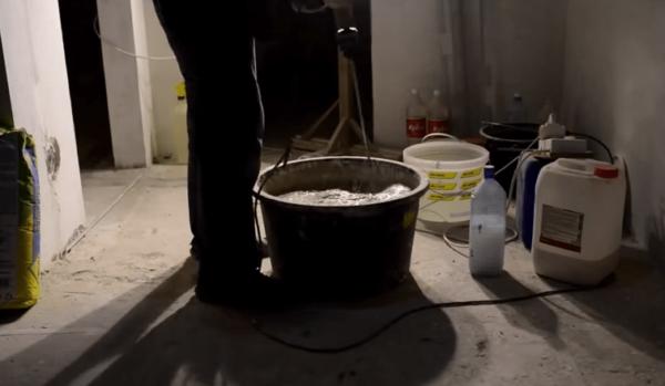 После установки маяков можно замешивать и заливать смесь